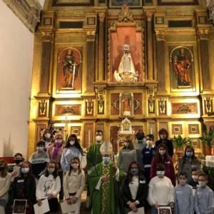 El Sr. Obispo imparte la Confirmación a 16 jóvenes de la parroquia de Huete
