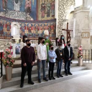 Monseñor José María Yanguas imparte la Confirmación a unos grupo de jóvenes en Fuentes