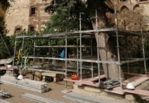 El Obispado retira los dos árboles del patio trasero de la Catedral dentro de las obras de consolidación y reconstrucción del muro de la calle Canónigos
